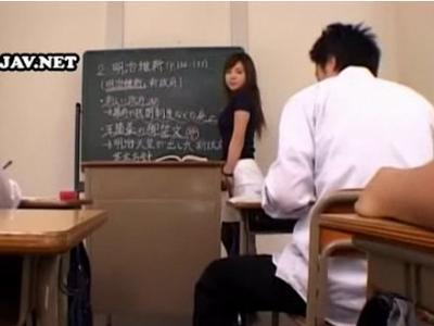 男子生徒を誘惑する淫乱女教師!。