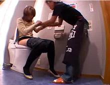 有名居酒屋で店員がトイレに乱入し超美巨乳お姉さんを犯す盗撮映像!
